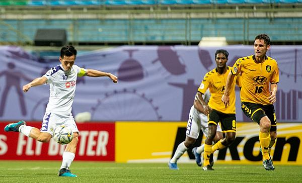 Văn Quyết có cơ hội dứt điểm đối mặt trong hiệp một. Ảnh: AFC.