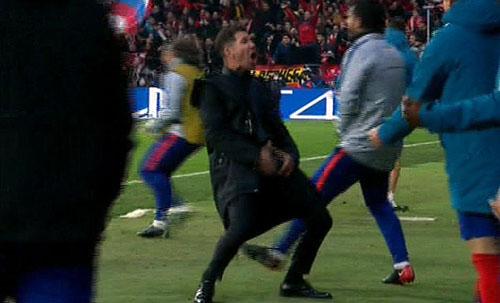 Simeone có màn mừng chiến thắng khó quên tại lượt đi, khi dùng tay hướng vào chỗ kín trên người. Ảnh: BT Sport.
