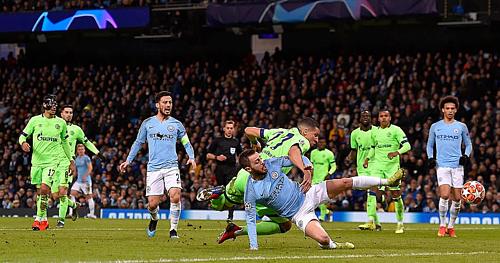 Man City (xanh da trời) hoàn toàn vượt trội so với Schalke.