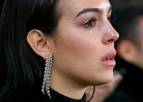Georgina bật khóc sau khi Ronaldo ghi bàn thứ ba. Ảnh: BT Sports.
