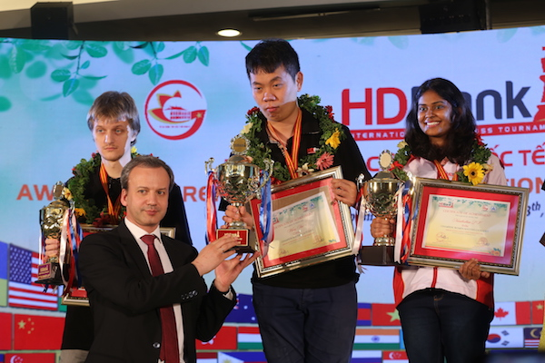 Chủ tịch FIDE trao giải cho các kỷ thủ xuất sắc bảng đấu Masters.