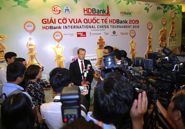 Ông Arkady Dvorkovich - Chủ tịch Liên đoàn cờ vua Thế giới trả lời phỏng vấn báo chí.