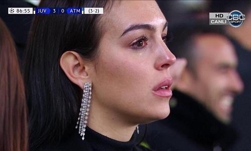 Georgina bật khóc sau khi Ronaldo ghi bàn thứ ba. Ảnh chụp màn hình.