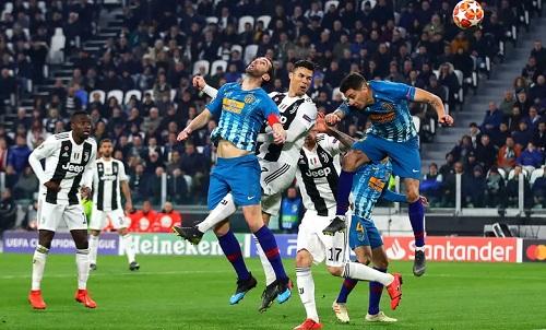Các hậu vệ Atletico bị Ronaldo đánh bại trong những pha không chiến. Ảnh: AFP.
