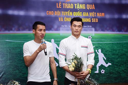 Hai cầu thủ đại diện nhận thưởng nói lời cảm ơn nhà tài trợ. Ảnh: Giang Huy