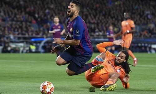 Suarez thừa nhận Denayer không phạm lỗi với anh trong tình huống Barca được hưởng phạt đền. Ảnh: AFP.