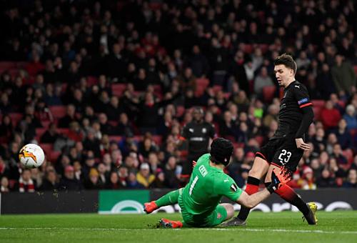 Cech cản phá cú dứt điểm đối mặt của Hunou. Ảnh: Reuters.