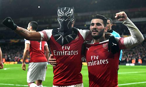 Aubameyang đeo mặt nạ Black Panther chia vui sau khi ghi bàn ấn định chiến thắng. Ảnh: EPA.