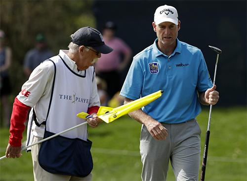 Furyk (áo xanh) tăng từ vị trí T53 lên T3 chỉ sau một vòng golf. Ảnh: AP.