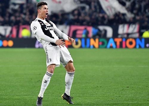 Hành động mừng chiến thắng bị cho là phản cảm của Ronaldo tối 12/3. Ảnh: Reuters.