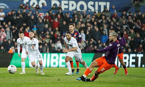 Aguero thực hiện cú đá phạt đền dẫn tới bàn gỡ hòa cho Man City. Ảnh: Reuters.