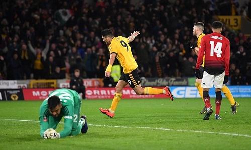 Jimenez hạ gục Romero sau một tình huống hàng thủ Man Utd bị rối. Ảnh: AFP.