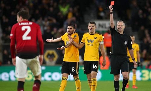 Lindelof nhận thẻ đỏ nhưng sau khi dùng công nghệ VAR, trọng tài Atkinson rút lại quyết định và chỉ phạt thẻ vàng trung vệ của Man Utd. Ảnh: PA.
