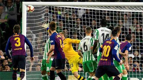 Messi sút phạt vào góc xa.
