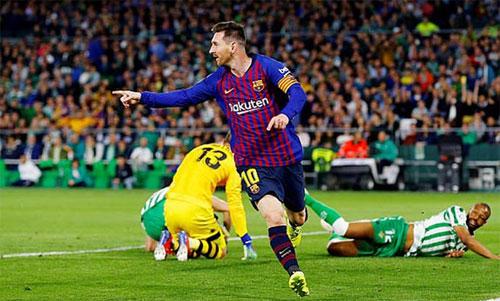 Hàng thủ Betis không thể ngăn những bước chạy của Messi. Ảnh: Reuters