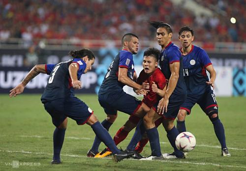 Quang Hải (đỏ) và các đồng đội đứng trước nguy cơ rơi vào bảng đấu khó khăn. Ảnh: Lâm Thỏa.