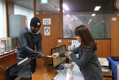 Oh Joo-han nhận thẻ căn cước công dân tại trụ sở chính quyền tỉnh Nam Chungcheong hôm 8/11/2018.