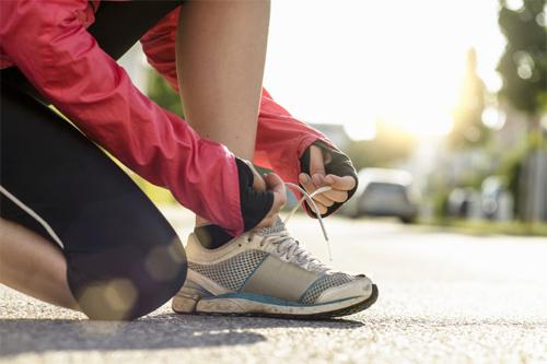Một đôi giày vừa cỡ chân và một đôi tất thoáng khí là đủ để bắt đầu sải bước trên đường.
