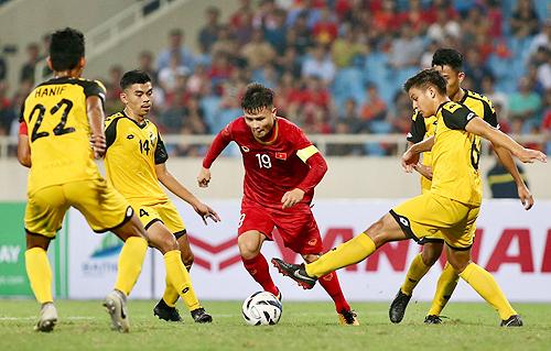 Brunei phòng ngự với số đông nhưng vẫn không thể cản Việt Nam ghi mưa bàn thắng. Ảnh: Lâm Thỏa