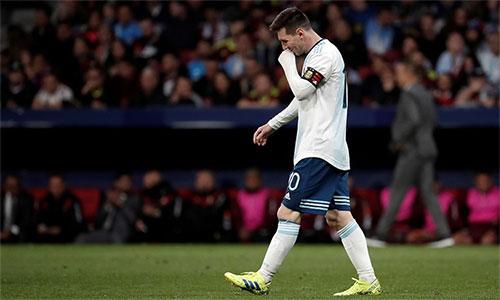 Messi bị đau sau khi chơi trọn 90 phút trận thua Venezuela.