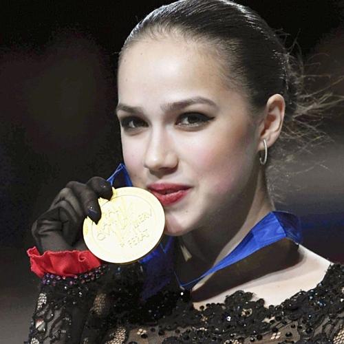 Nhà vô địch trượt băng thế giới 2019 Alina Zagitova mừng chiến thắng. Ảnh: AP.