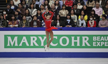Nữ VĐV Elizabet Tursynbaeva trượt băng lập kỳ tích xoay bốn vòng trên không