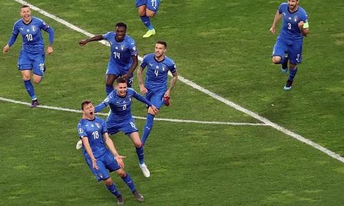 Barella chia vui sau khi ghi bàn mở tỷ số cho Italy. Ảnh: AFP.