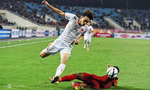 Hoàng Đức (áo trắng) tranh bóng với cầu thủ Indonesia. Ảnh: Giang Huy.