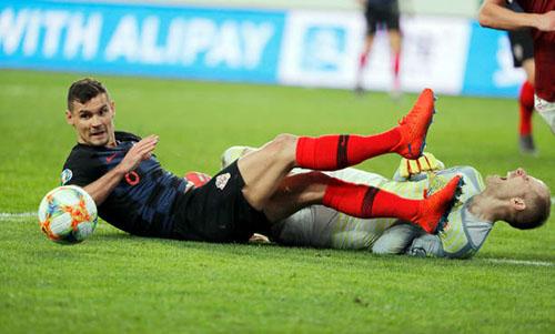 Hàng thủ Croatia mắc nhiều lỗi dù đối thủ Hungary đứng ngoài top 50 thế giới. Ảnh: Reuters.