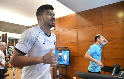 Cầu thủ Thái Lan tập thể lực trước trận gặp Việt Nam. Ảnh: Siam.