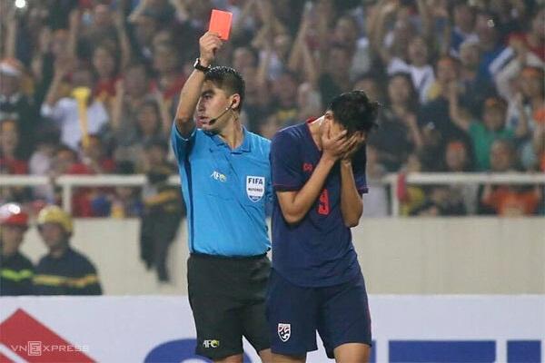 Supachai ôm mặt sau khi nhận thẻ đỏ. Một khoảnh khắc buồn của tài năng trẻ Thái Lan. Ảnh: Lâm Thỏa.
