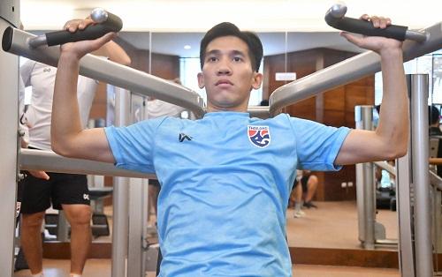 Cầu thủ Thái Lan tập các bài tập cơ bắp. Ảnh: Siam.