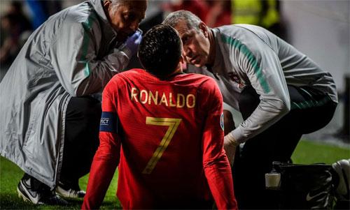Ronaldo không thể mạo hiểm khi vòng tứ kết Champions League đang đến gần. Ảnh: Reuters