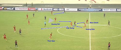 Tiềnvệtrung tâm Thái Lan nhận bóng nhưng không có nhiều sự hỗ trợ, và bị bủa vây nhanh chóng bởi các cầu thủ Việt Nam.