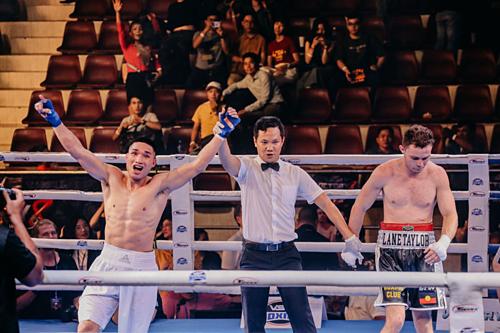 Trọng tài tuyên bố Nguyễn Văn Hải (trái) thắng trận đấu cuối cùng.