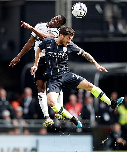 Nỗ lực của Fulham chỉ giúp họ tránh trận thua đậm. Ảnh:Reuters.