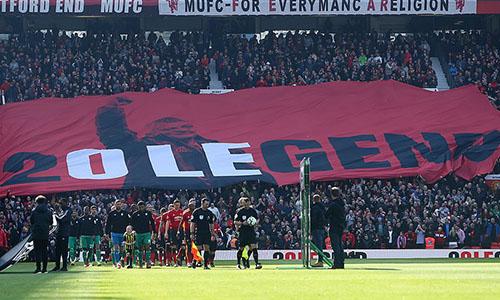 Tấm băng rôn lớn được CĐV Man Utd giăng ở phía khán đài Stretford End. Ảnh: BPI.