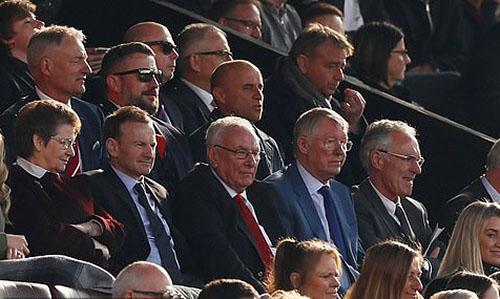 Cựu HLV Alex Ferguson (vest sáng màu) dự khán trận đấu trên khán đài. Ảnh: Reuters.