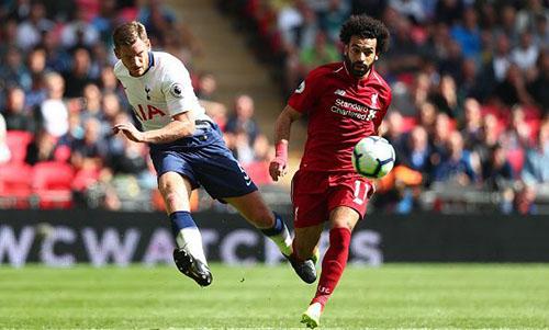 Salah (phải) đang khao khát có bàn thắng giải toả sau chuỗi bảy trận tịt ngòi. Ảnh: EPA.