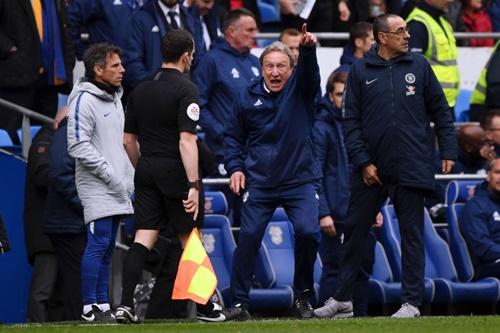 HLV Warnock không giấu sự tức giận dù đứng giữa đồng nghiệp Sarri (phải) và trợ lý của ông này, Zola (trái). Ảnh: Reuters.
