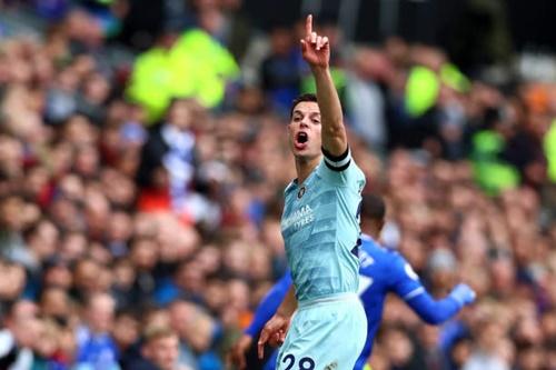 Azpilicueta mừng pha lập công trong thế việt vị, giúp Chelsea gỡ hòa 1-1. Ảnh: EPA.