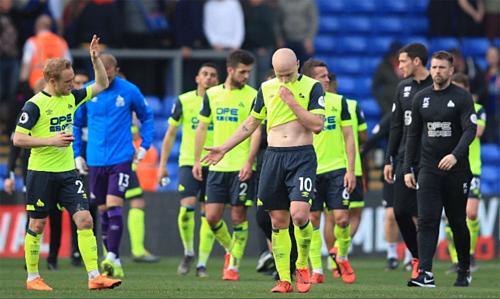 Cầu thủ Huddersfield thất vọng trong ngày nhận kết quả xuống hạng. Ảnh:AFP.