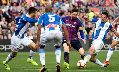 Số đông cầu thủ Espanyol không thể ngăn Messi giành chiến thắng cho Barca. Ảnh: Reuters