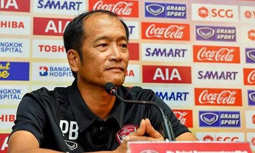 HLV Muangthong United - Pairoj từ chức sau năm vòng đấu.