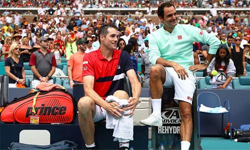 Isner (trái) thua tâm phục khẩu phục Federer. Ảnh: Sky.