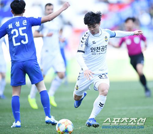 Công Phượng giúp Incheon khởi sấc khi vào sân trong hiệp hai.