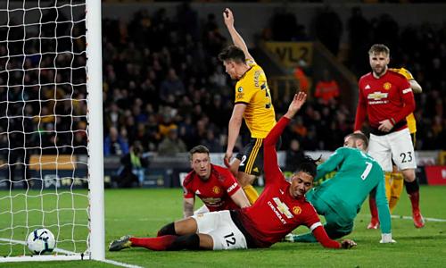 Tình huống phản lưới của Smalling khiến Man Utd chịu thất bại đầu tiên sau khi Solskjaer dẫn dắt chính thức. Ảnh:Reuters.