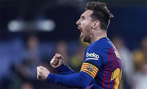 Cú sút phạt của Messi và bàn phút cuối của Suarez giúp Barca thoát thua Villarreal. Ảnh: Reuters
