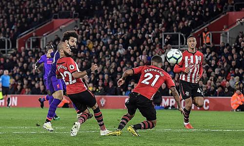 Salah ghi bàn dù bị cầu thủ Southampton vây kín. Ảnh:AFP.