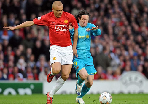 Wes Brown theo kèm Messi cách đây 11 năm. Ảnh:AFP.